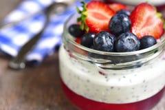 Dessert con il budino del seme di chia, la gelatina della fragola e il berrie fresco immagini stock