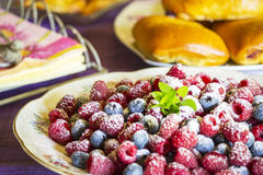 Dessert con il lampone, il mirtillo ed il panino Immagine Stock Libera da Diritti