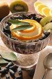 Dessert con il purè della frutta e del caprifoglio. Fotografie Stock Libere da Diritti