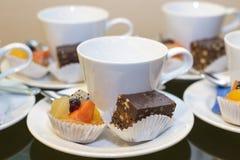Dessert con le tazze di caffè Immagine Stock