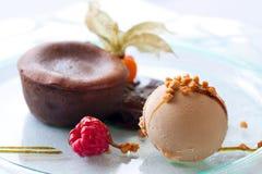 Dessert coulant de crême glacée et de chocolat chaud. Image libre de droits
