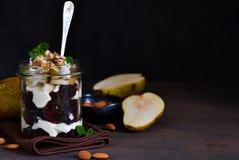Dessert crémeux avec le biscuit de chocolat, poire de caramel images libres de droits