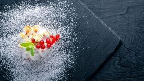 Dessert crémeux de lait caillé avec les baies fraîches photos stock