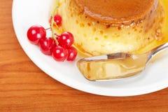 Dessert crema della caramella con i ribes Fotografie Stock Libere da Diritti