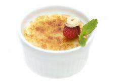 Dessert crema della vaniglia francese tradizionale con zucchero caramellato sulla parte superiore Immagini Stock Libere da Diritti