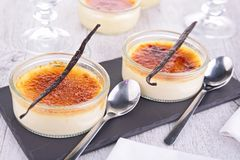 Dessert crema della vaniglia francese tradizionale con zucchero caramellato sulla parte superiore Fotografie Stock