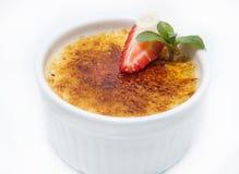 Dessert crema della vaniglia francese tradizionale con zucchero caramellato sulla parte superiore Fotografia Stock