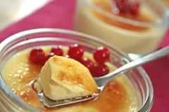Dessert crema della vaniglia francese tradizionale con zucchero caramellato sulla parte superiore Immagini Stock