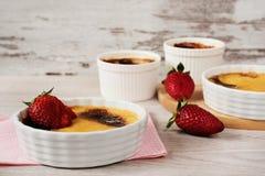 Dessert crema della vaniglia francese tradizionale con zucchero caramellato sulla parte superiore con zucchero caramellato sulla  Immagini Stock