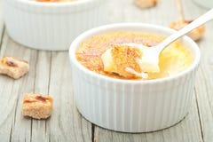 Dessert crema della vaniglia francese tradizionale con zucchero caramellato sulla parte superiore Dessert alla panna francese tra Immagine Stock Libera da Diritti