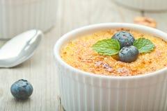 Dessert crema della vaniglia francese tradizionale con zucchero caramellato sulla parte superiore Dessert alla panna francese tra Fotografia Stock Libera da Diritti