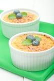 Dessert crema della vaniglia francese tradizionale con zucchero caramellato sulla parte superiore Dessert alla panna francese tra Fotografia Stock