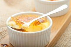 Dessert crema della vaniglia francese tradizionale con zucchero caramellato sulla parte superiore Dessert alla panna francese tra Immagini Stock