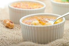 Dessert crema della vaniglia francese tradizionale con zucchero caramellato sulla parte superiore Dessert alla panna francese tra Fotografie Stock Libere da Diritti