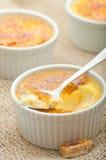 Dessert crema della vaniglia francese tradizionale con zucchero caramellato sulla parte superiore Dessert alla panna francese tra Fotografie Stock