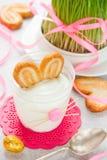 Dessert cremoso con i biscotti in vetro sotto forma di coniglietto di pasqua Fotografia Stock