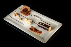Dessert cremoso del cioccolato delizioso sul piatto di rettangolo fotografia stock libera da diritti