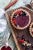 Dessert cru sain de vegan Tartelettes faites maison avec la croûte d'écrou et image libre de droits