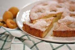 Dessert cuit au four frais de tarte d'abricot et d'amande photographie stock