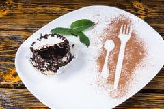 Dessert décadent de chocolat de plat avec la menthe photos libres de droits