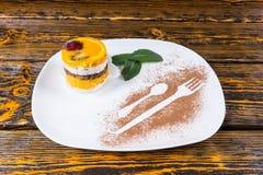 Dessert décadent de fruit sur le plateau blanc avec la menthe images stock