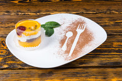 Dessert décadent servi sur le plateau blanc avec la menthe images stock