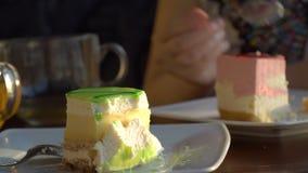 Dessert délicieux avec le thé banque de vidéos
