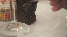 Dessert délicieux mangeur d'hommes dans le restaurant banque de vidéos