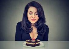 Dessert désespéré de gâteau de craving de femme, désireux de manger photos libres de droits