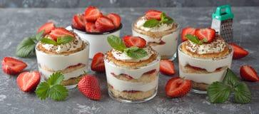 Dessert d'été avec des fraises Photo libre de droits