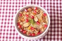 Dessert d'Ashura sur un fond blanc rouge images stock