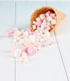Dessert dans le cornet de crème glacée sur le fond gris Photo stock