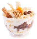 Dessert dans une tasse transparente de crème, pêches, écrous Images stock