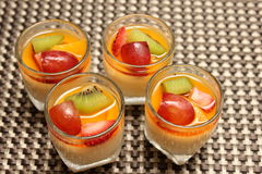 Dessert de caramel de crème sur le fruit frais supérieur Photographie stock