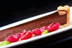 Dessert de chocolat avec la framboise Gâteau de chocolat foncé avec le choco Photographie stock