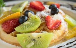 Dessert de chocolat de Kiwi Strawberry Blueberry Lemon Waffle images stock