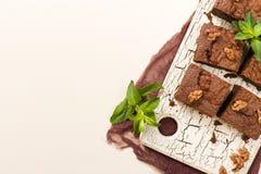 Dessert de chocolat sucré de 'brownie' avec des noix et des feuilles signifiées sur le rétro conseil avec l'espace de copie sur l illustration stock