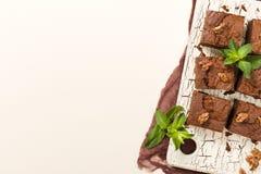 Dessert de chocolat sucré de 'brownie' avec des noix et des feuilles signifiées sur le rétro conseil avec l'espace de copie sur l illustration de vecteur