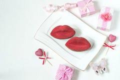 Dessert de fête sous forme de baiser d'un plat et des cadeaux Photo libre de droits