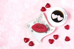 Dessert de fête sous forme de baiser et de café avec des coeurs de Photos stock