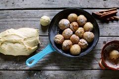Dessert de fabrication de la pâte de petits pains de cannelle, cuisson faite maison Images stock