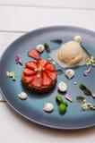 Dessert de fantaisie avec des fraises Photographie stock libre de droits