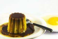 Dessert de flan d'une monnaie et un oeuf Photographie stock libre de droits