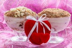 Dessert de fromage de tiramisu de dessert dans des cuvettes au jour du ` s de Valentine Photographie stock