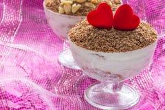 Dessert de fromage de tiramisu de dessert dans des cuvettes au jour du ` s de Valentine Images stock