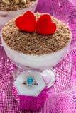 Dessert de fromage de tiramisu de dessert dans des cuvettes avec l'anneau pour la proposition du mariage Photographie stock