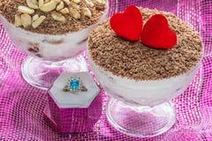 Dessert de fromage de tiramisu de dessert dans des cuvettes avec l'anneau pour la proposition du mariage Images libres de droits