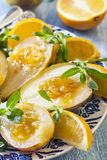 Dessert de fruit, une poire avec de la sauce orange, cuite dans un sous-vide Images stock