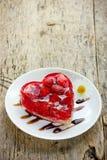 Dessert de gâteau de coeur de fraise le jour de valentines, Valent classique Photo libre de droits