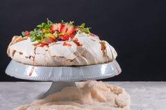 Dessert de g?teau de meringue de vacherin fait avec les fraises, le kiwi, les myrtilles et la menthe Vue sup?rieure images libres de droits